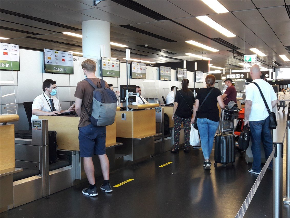 Social distancing Corona Flughafen 1