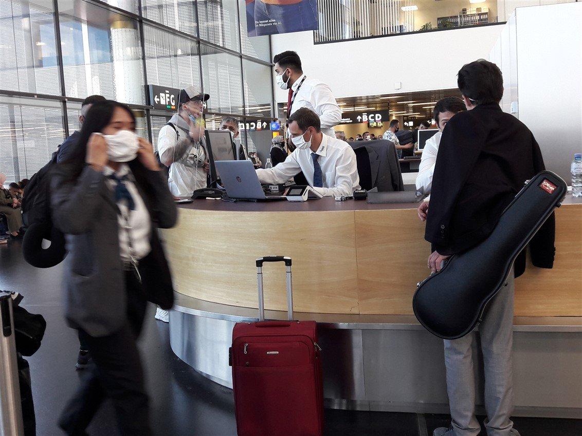 Social distancing Corona Flughafen 2