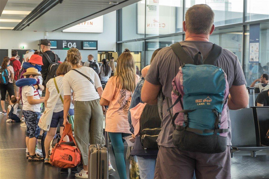 Social distancing Corona Flughafen 5